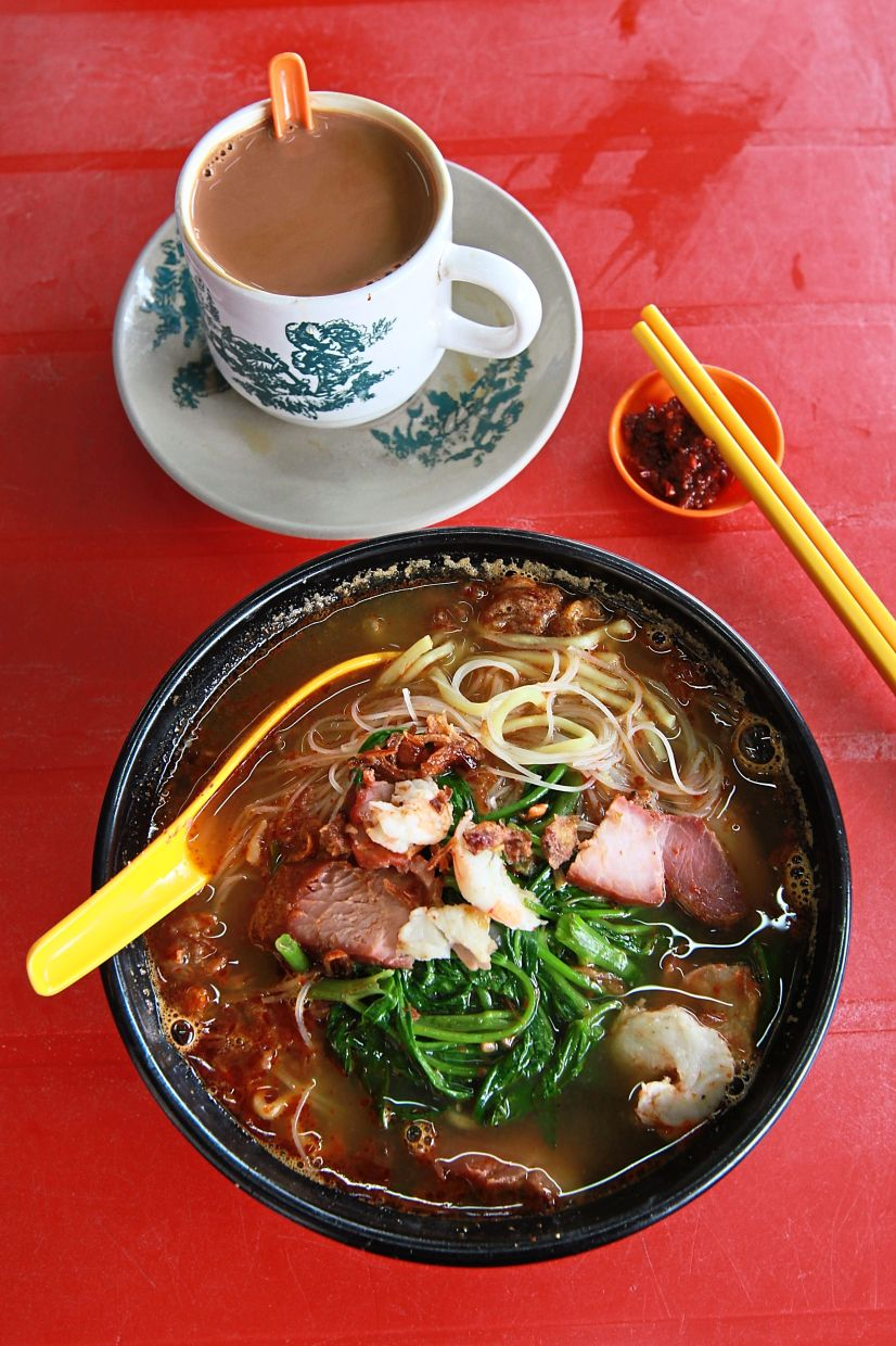 The prawn mee at Chan Kee Noodle stall has a strong seafood flavour and hint of sweetness from the shrimps. A cup of Hainan tea makes this a complete meal.