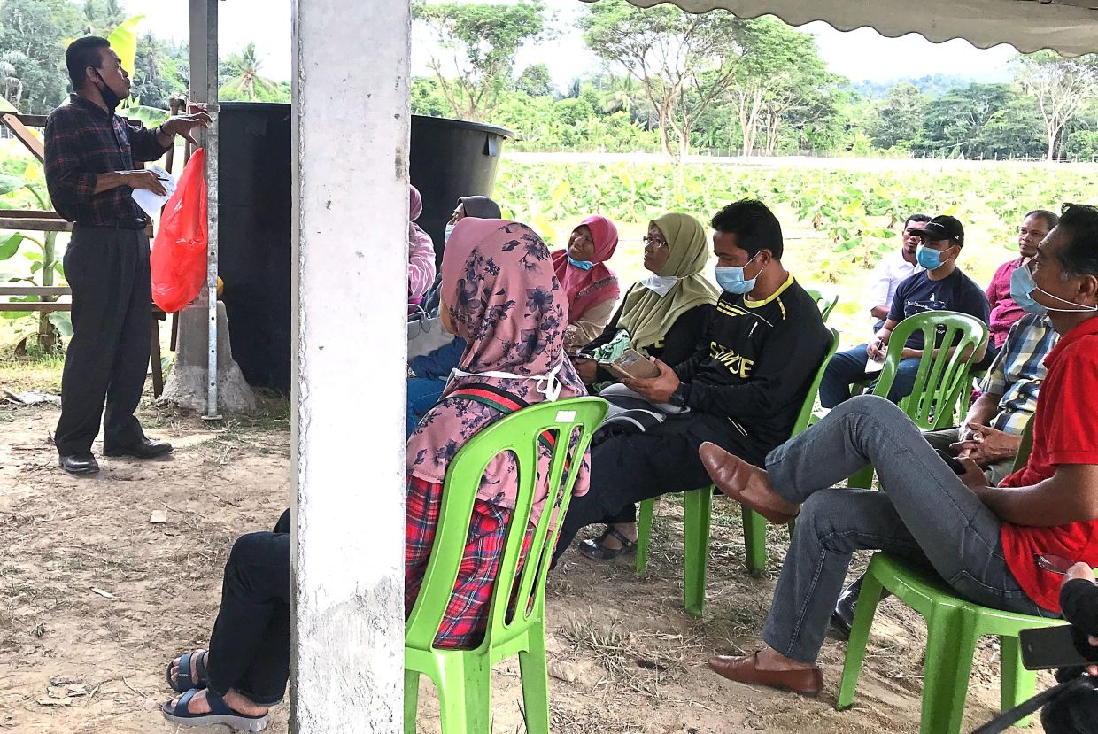 An interesting component of the project is the exchange of information between the various institutions and interested farmers. Seen here is a representative from the Department of Agriculture talking to interested farmers about soil quality.