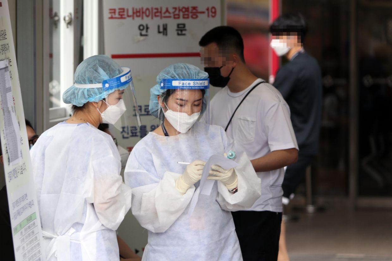 Medical workers at a screening clinic of Chonnam National University Hospital, Gwangju. - Yonhap