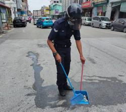Policeman who cleaned up accident debris praised on social media