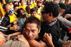 Thai royalists confront protesters in Bangkok (Update)