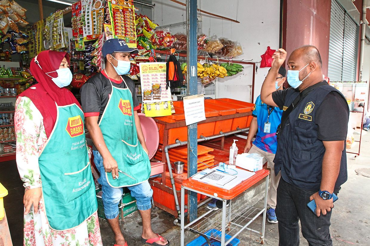 MPAJ officers conducting checks at neighbourhood shops on compliance of Covid-19 SOP.