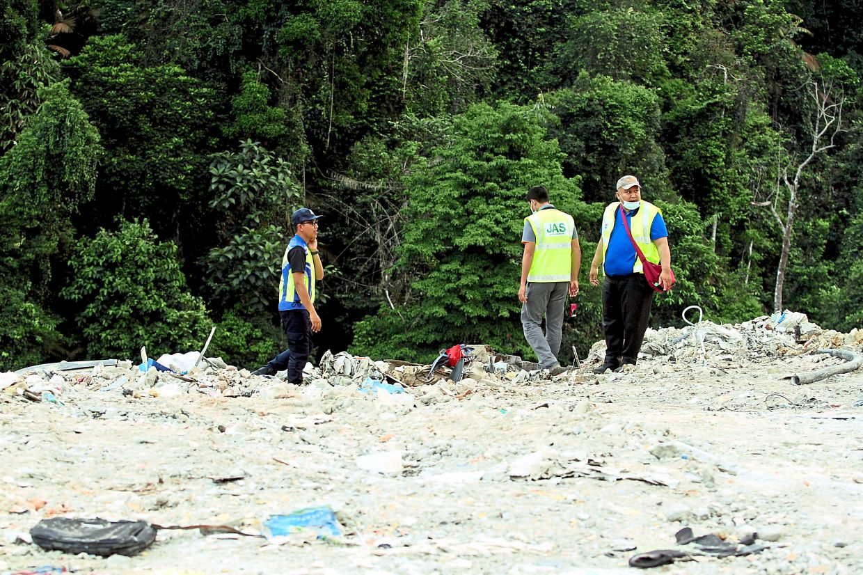 MPKj officers inspecting an illegal dumpsite in Bukit Enggang.