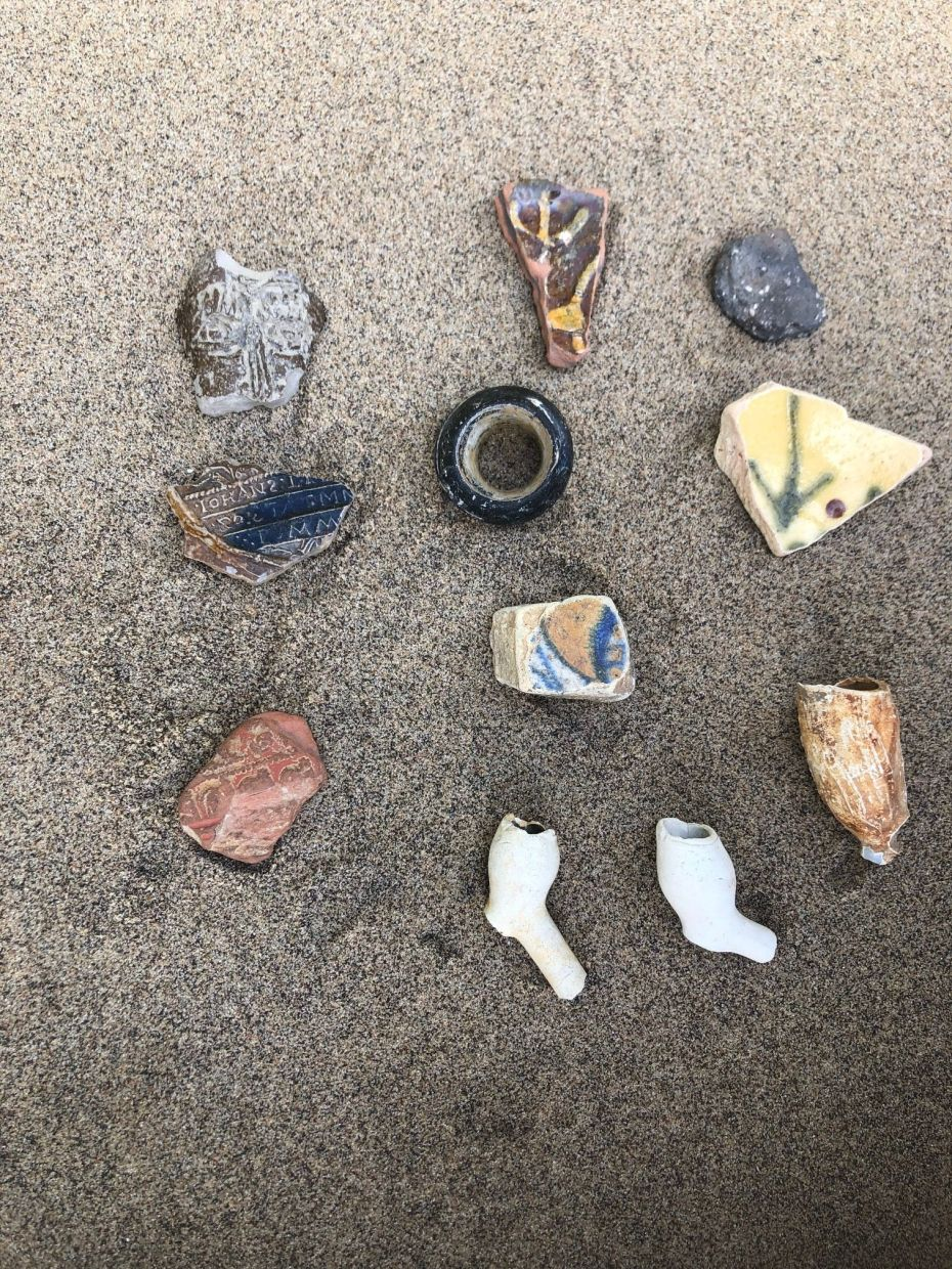 Shards of vessels, some of which date back to Roman times, and heads of clay pipes lie on the banks of the Thames. The tides stir up the river bed and wash many relics to the bank.