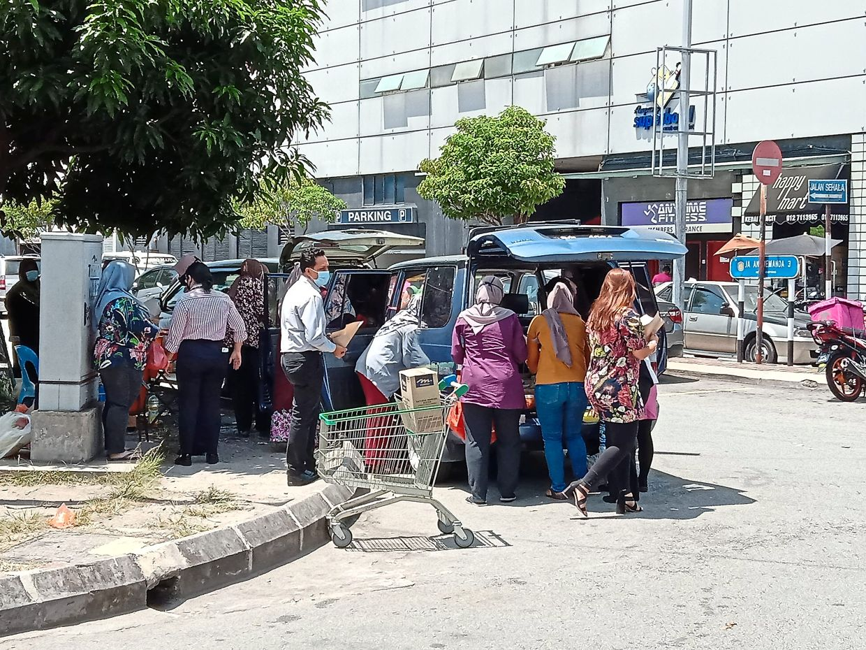 A crowd of customers gathering around a food stall in Taman Dato Ahmad Razali, Ampang.