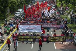 Indonesian unions vow mass protests if president signs jobs law