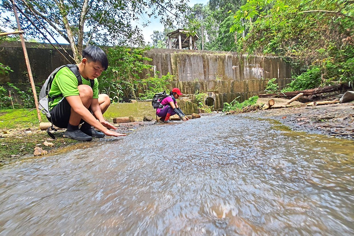 Trekkers enjoying the cool water in the stream at Bukit Seraya in Bukit Mertajam. — CHAN BOON KAI/The Star
