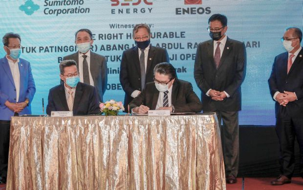 Chief Minister Datuk Patinggi Abang Johari Tun Openg (standing centre) and other state Cabinet ministers witnessing the signing of the MOU between SEDC Energy Sdn Bhd, Sumitomo Corporation and Eneos Japan to develop a hydrogen plant in Bintulu. — ZULAZHAR SHEBLEE/The Star