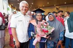 Graduates pay it forward