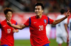 South Korean striker Lee to retire at end of season