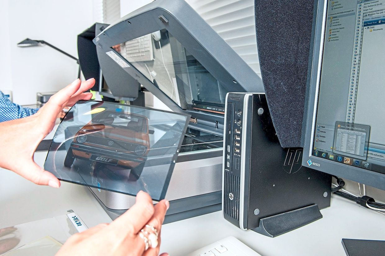 Digitising old documents is just one part of the work carried out at the VW archives. — Volkswagen AG/dpa