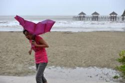 Molave weakens from super typhoon to typhoon in south China