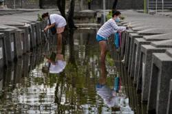 Filipinos flock to cemeteries ahead of All Saints Day closure