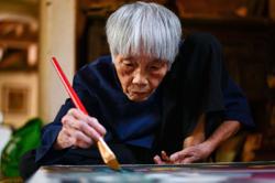 Pioneer octogenarian Vietnamese Mong Bich artist gets first solo exhibit
