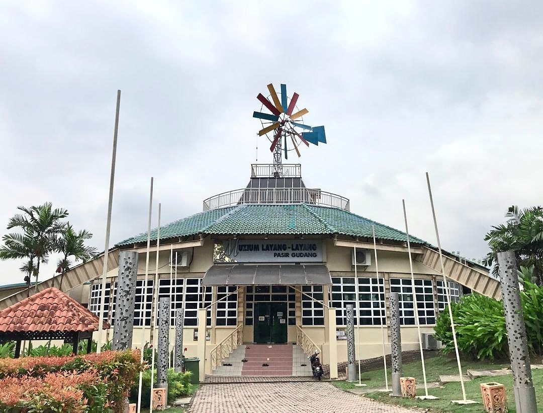 Before the building was turned into the Pasir Gudang Kite Museum in 2002, it served as a windmill and the original structure has been retained until today.