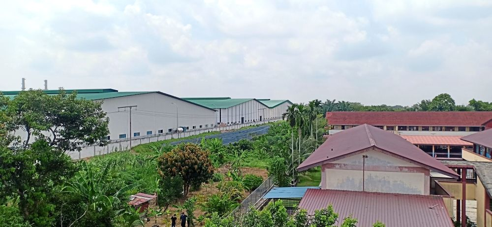 The presence of a paper processing factory (left) some 40m away from the Taman Bakti housing area in Banting has called into question the interpretation of the minimum distance for industries. Some say this is measured from the fence, while some say from the plants.