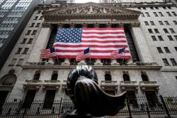 Wall St stages rebound on corporate earnings