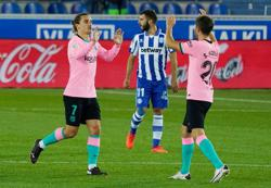 Barca draw with 10-man Alaves after Neto howler