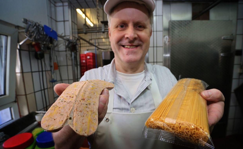 Matthias Freund with his spaghetti bolognese bratwurst.