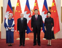 Chinese president, wife meet Cambodian king, queen mother - awards friendship medal