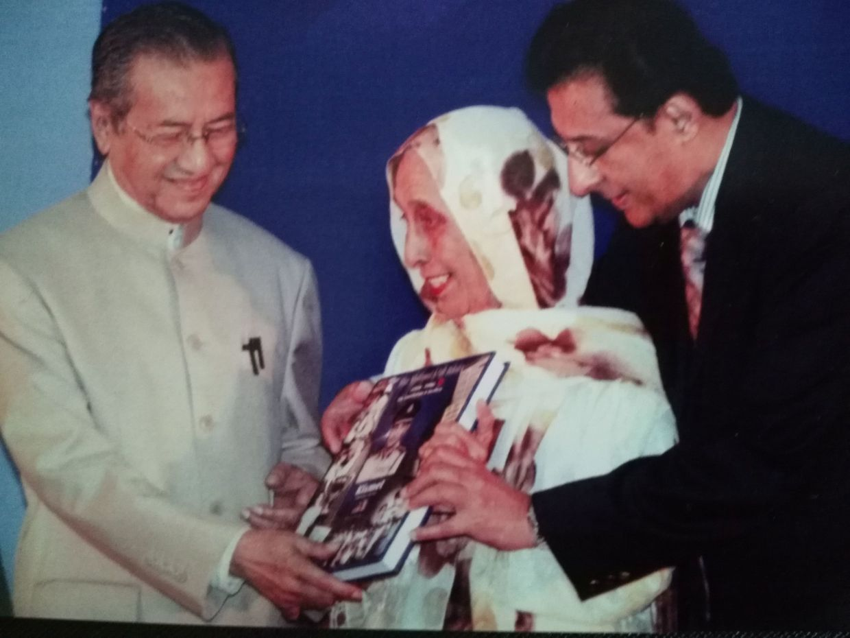 The author Mohamed Rafique Sher Mohamed and his mother passing a copy of his book, Kismet, to Tun Mahathir, at the book launch on May 15, 2008. File photo: The Star/Art Chen