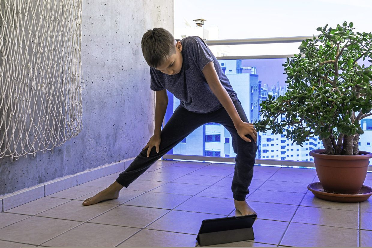 To follow a virtual class, the device is often placed on the floor, causing you to tilt your head downwards and putting a strain on your neck muscles, which can trigger a headache.