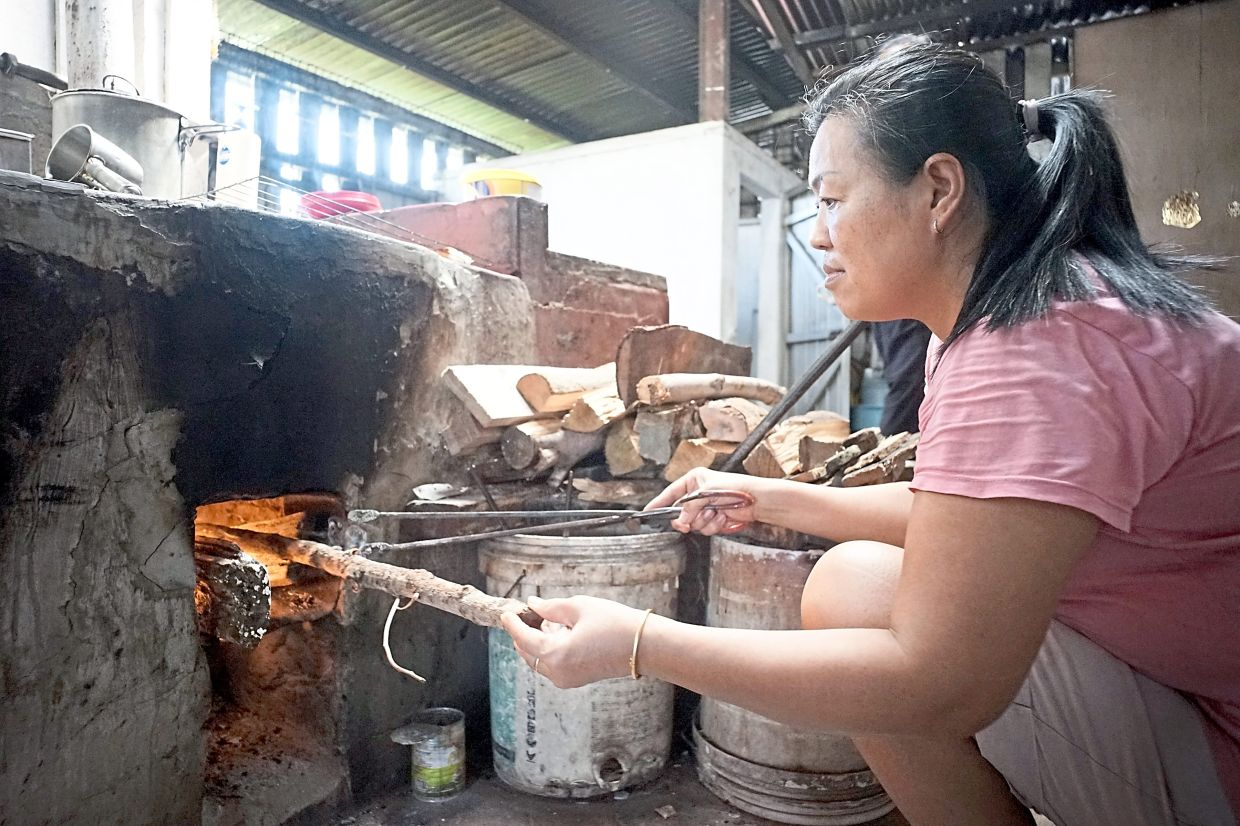 Pang insists on sticking with her parents' method at the 50-year-old coffeeshop in Muar.