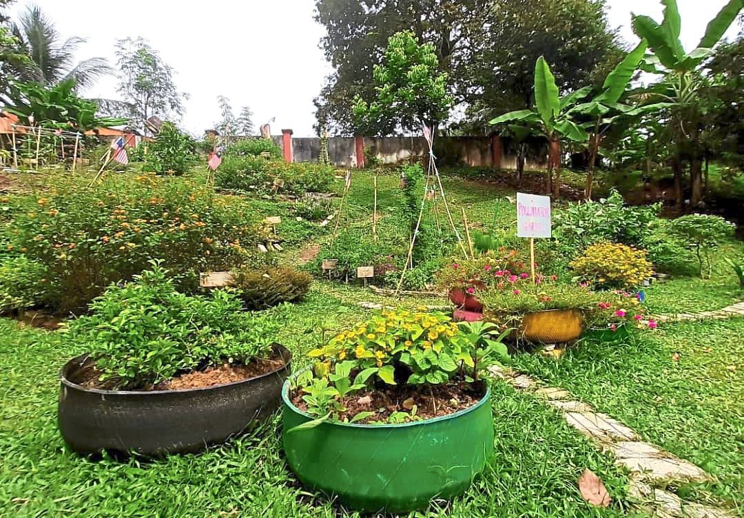 Friends of Sungai Klang Taman Melawati River Three's urban garden is located along the riverbank. The  group won the Open category at RoL-POP5 Award 2020.