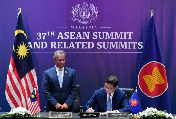 KUALA LUMPUR, Nov 15 -- Prime Minister Tan Sri Muhyiddin Yassin witnessing the signing ceremony of the Regional Comprehensive Economic Partnership (RCEP) Agreement that was signed by Senior Minister and International Trade and Industry Minister Datuk Seri Mohamed Azmin Ali at the 37th ASEAN Summit and Related Summits held virtually,