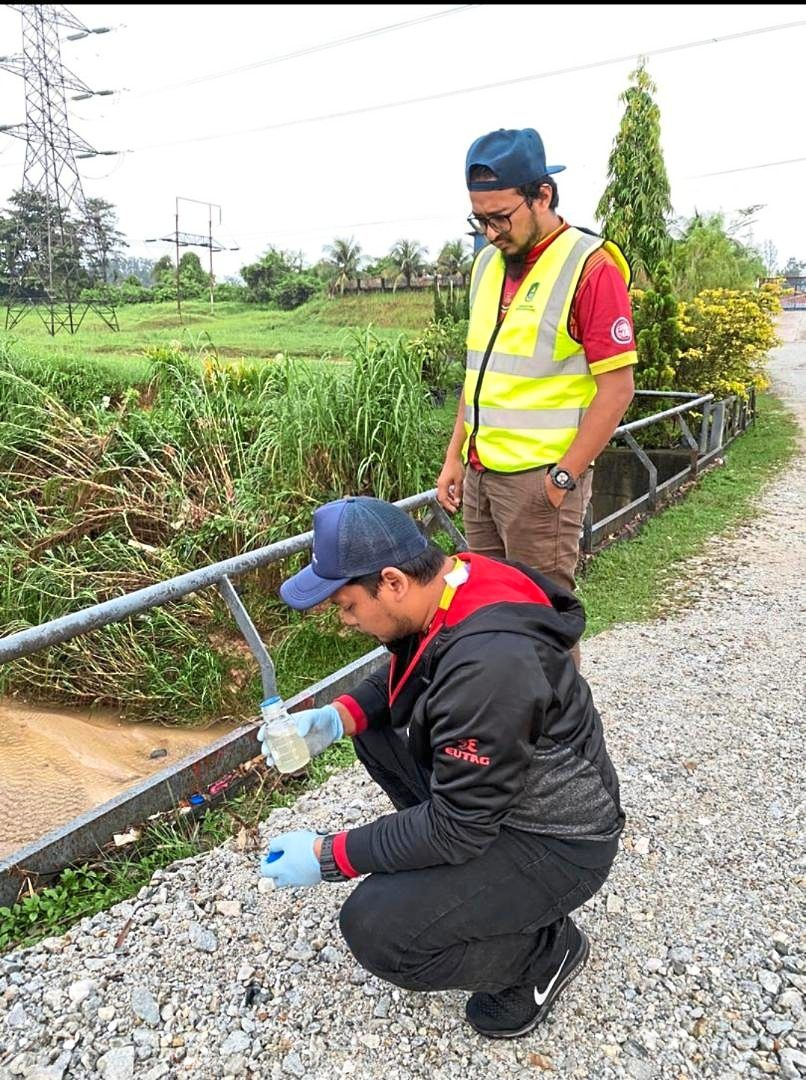 LUAS officers conducting odour sampling at the LRA Rantau Panjang to ensure that tests showed readings of less than one TON. — Photo  courtesy of Selangor Water Management Authority