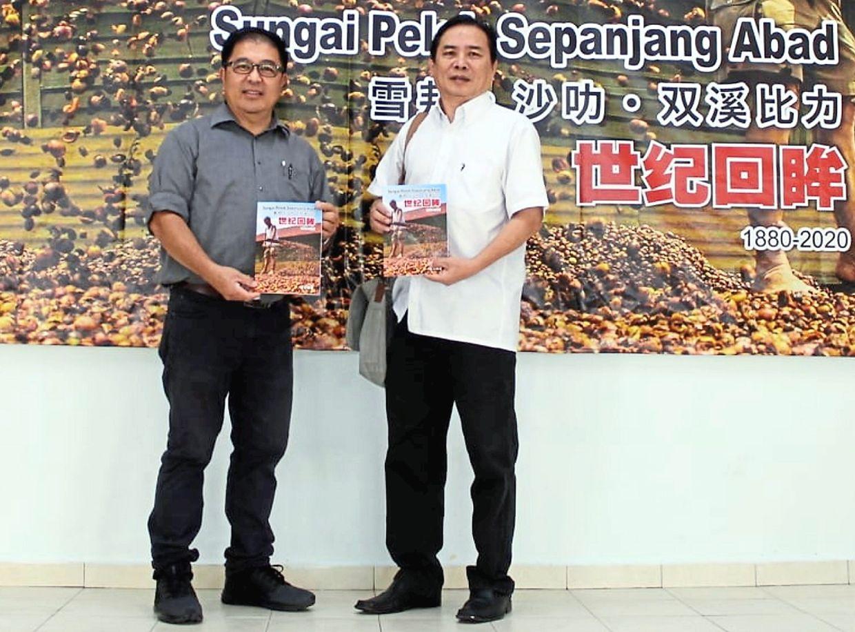 Sepang councillor Suah Chee Hiong with Looi at the launch of 'Sungai Pelek Sepanjang Abad'.