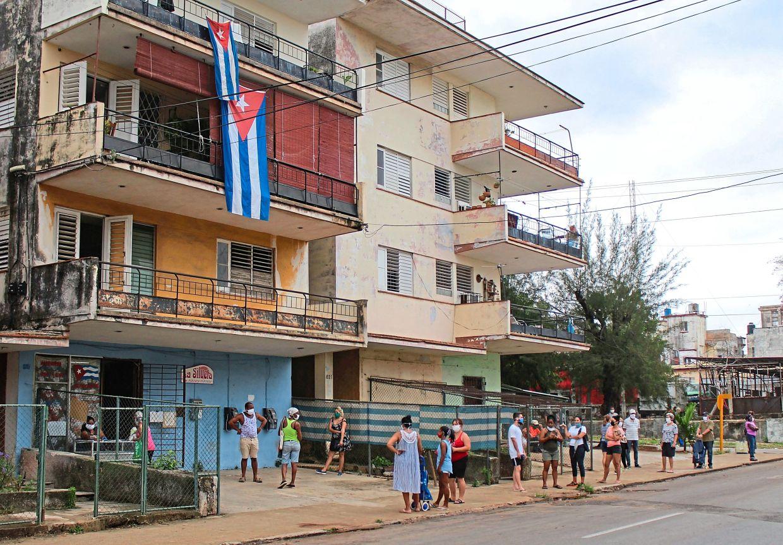 Schlange vor einem Lebensmittelladen in Havanna. | Bildquelle: https://t1p.de/07st © dpa/Guillermo Nova | Bilder sind in der Regel urheberrechtlich geschützt