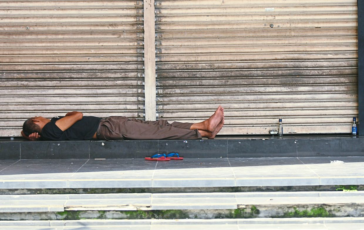 Social problems such as homelessness can be the result of alcohol abuse. — Filepic