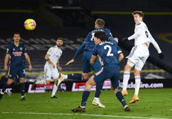 Ten-man Arsenal hold on for goalless draw at Leeds