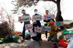 South Korean hiker turns trash into art with 'don't drop litter' message