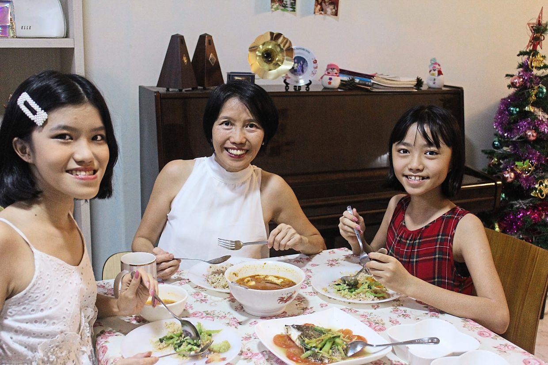 一家人一起吃饭,住在一起。 冲确保她的家人坐在一起吃饭。