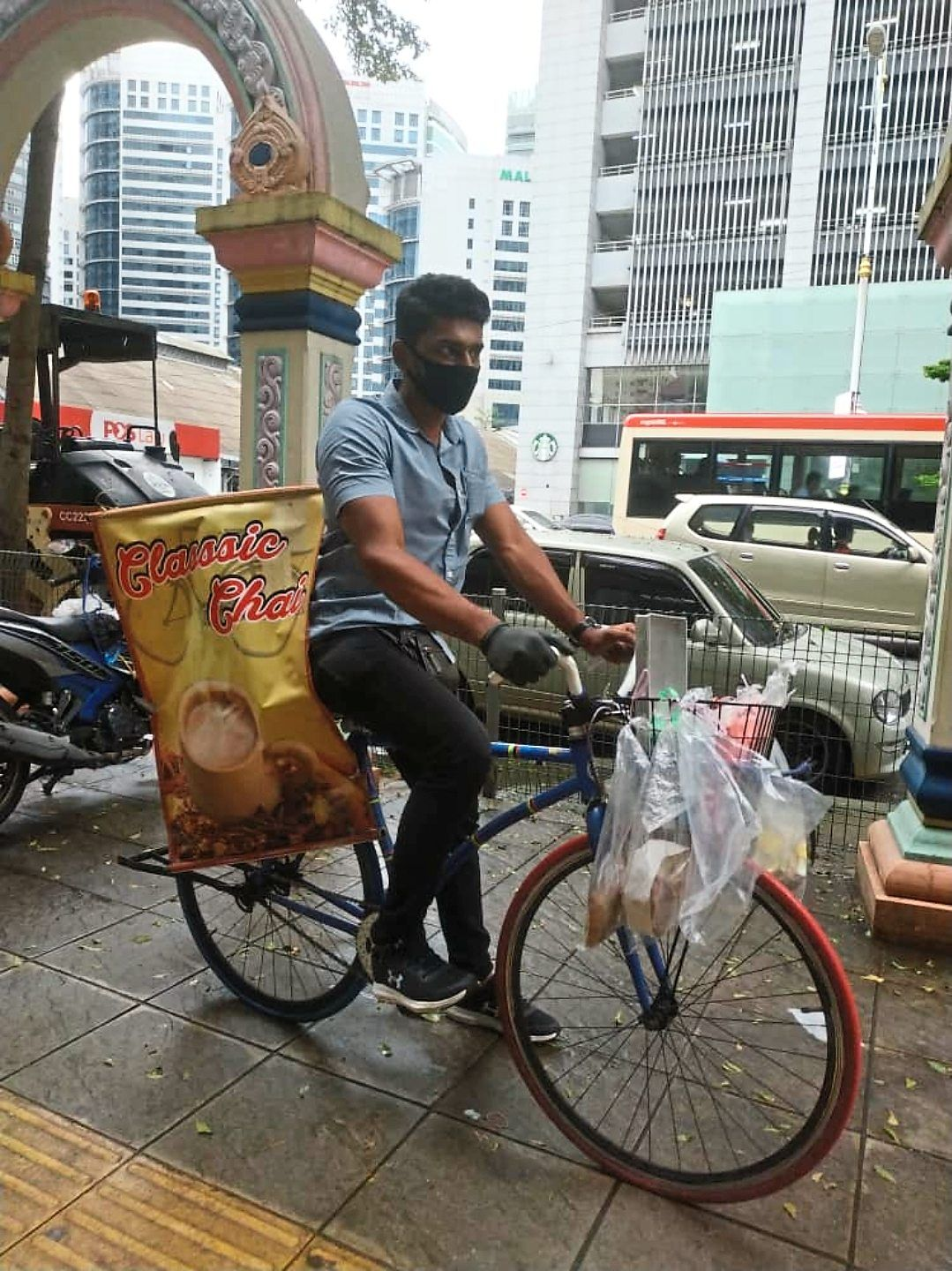 Engineering graduate Kavievanan decided to sell masala tea on wheels after he faced difficulties in obtaining a job during the pandemic.