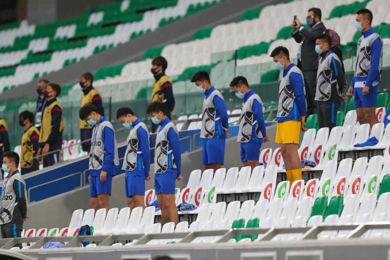 Players observe a minute of silence to pay a tribute to late Argentinian football player Diego Maradona ahead of the AFC Champions League group F football match between China's Shanghai Shenhua and Japan's FC Tokyo on Nov 27, 2020 at the Education City Stadium in the Qatari city of Ar-Rayyan. - AFP