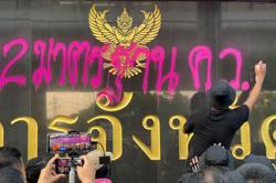 Thai protesters move to Bangkok suburbs