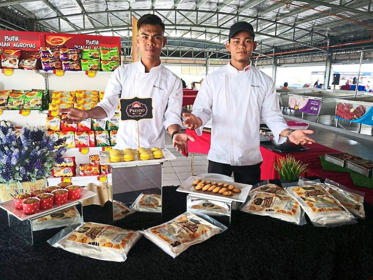 Baling Community College graduate and national WorldSkills Kazan 2019 participant Muhammad Irfan Hadi Sulaiman (right) showcased his creation of an innovative jack fruit-based flour at the FAMA Innovation Carnival 2019.