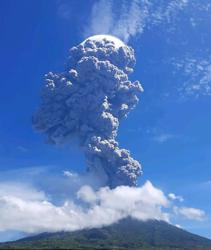 Indonesian volcano belches huge tower of smoke and ash; triggers flight warning (update)