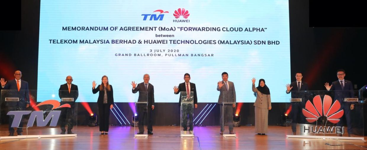 The signing ceremony between Huawei and Telekom Malaysia.