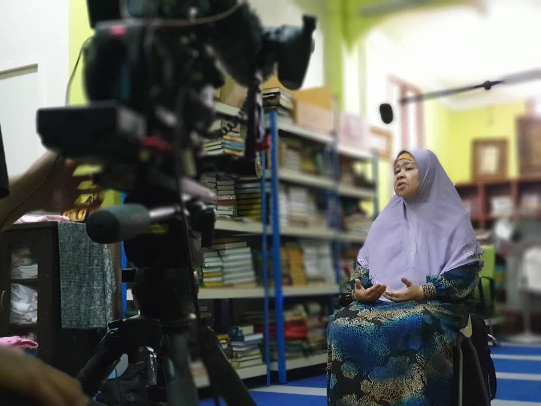 Muji Sulaiman, the protagonist of the video, was a nurse who saw how many elderly were abandoned at the hospital she worked in. She took a few back to her home and years later, started her aged-care home.