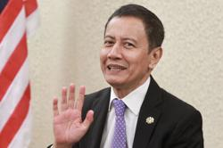 Speaker says did not see middle finger gesture due to eye problem