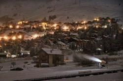 Swiss plough ahead with skiing despite neighbours' fears