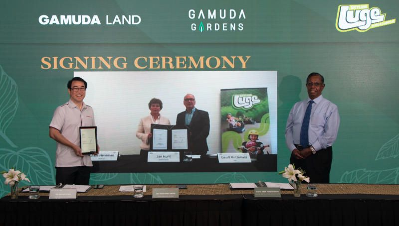 Ngan (left) and Aria (right) with (background, from left) Hunt and McDonald at the virtual signing ceremony between Gamuda Land and Skyline Enterprises.