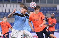 Lazio sneak into last 16 after nail-biting finale