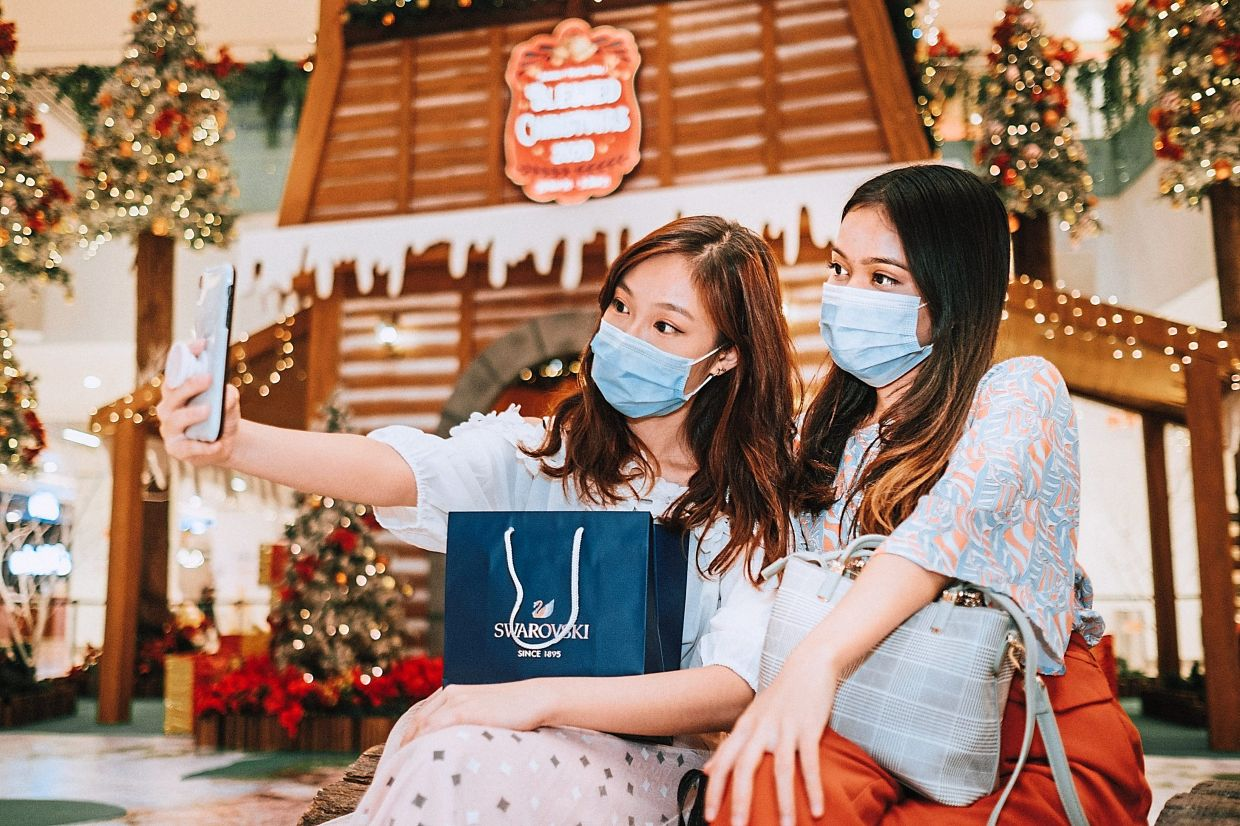 At Sunway Putra Mall's concourse is an 8m tall wooden house surrounded by Christmas trees which makes it a lovely spot to snap some shots.