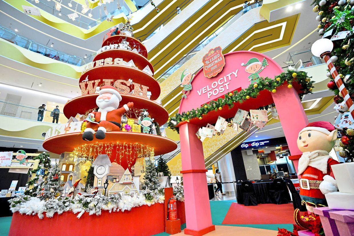 Sunway Velocity also has a mini Insta worthy corner located at the main atrium. Check out the uniquely decorated 10m Christmas tree filled with toys. There are also replicas of Santa and his elves surrounded by pushcart stalls selling gifts such as toys, candies and Christmas ornaments.