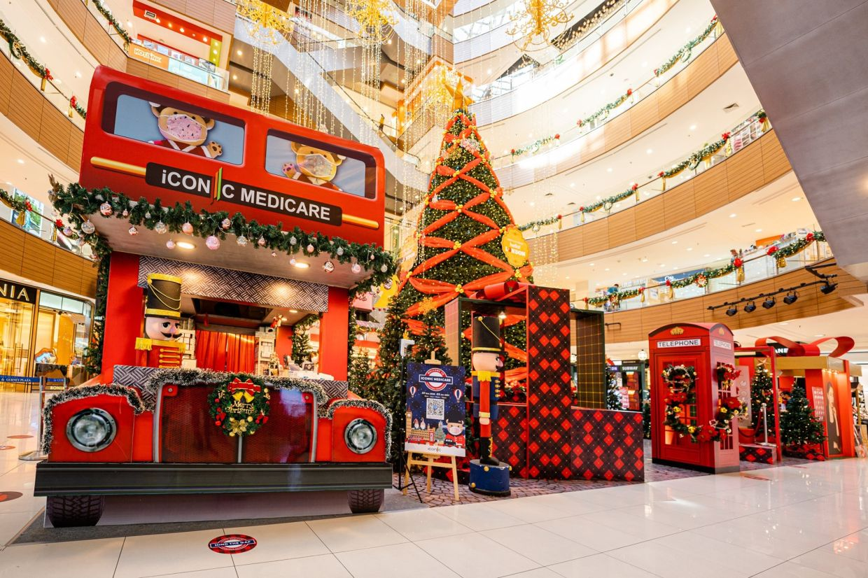 Ample photo opportunities await at Gurney Plaza's Hello! London display with icons like the double decker bus and red telephone box joining the centrepiece 40ft tall Christmas tree.
